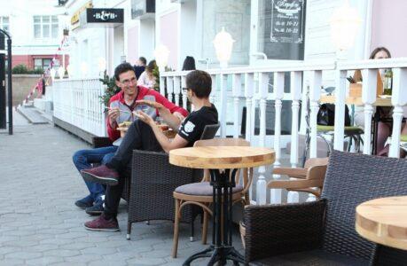 В первый день открытия омских кафе практически не осталось свободных столиков.