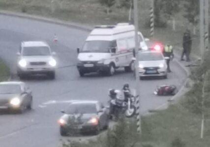 В Омске байкер протаранил столб и погиб, его пассажир в реанимации