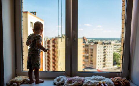 В Омске из окна выпал снова выпал ребенок