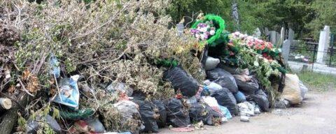 На Черлакском кладбище могилы утонули в куче мусора