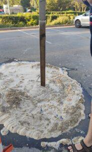 В Омске в метровую яму на парковке у кинотеатра провалился ребенок