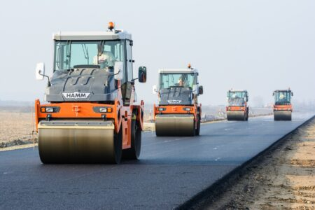 В Омске начали асфальтировать дублирующую магистраль на Левобережье