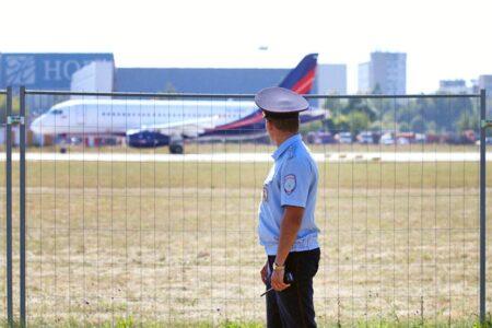 Буйный пассажир приставал к стюардессам во время перелета в Омск