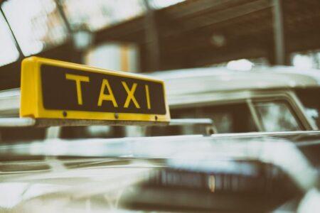 В Омске 70% таксистов-нелегалов