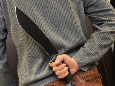 В Омске мужчина с мачете напал на семью