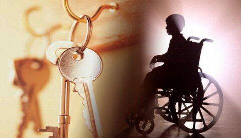 Ребенка-инвалида оставили без жилья в Омской области