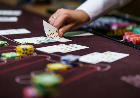 Крупье в казино: чем он занимается