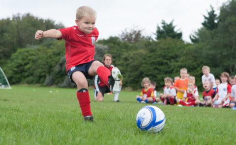 Три причины, по которым следует отдать ребенка в футбольную школу