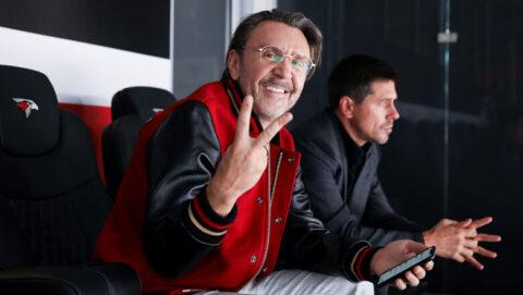 Сергей Шнуров посетил игру омского «Авангарда»