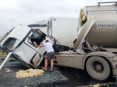 Три грузовые фуры столкнулись на трассе под Омском