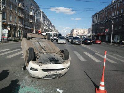 Такси перевернулось в центре Омска