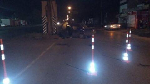 Машина врезалась в опору трубопровода в Омске