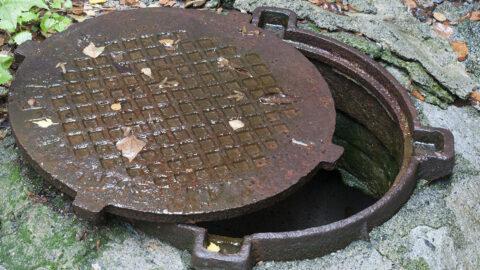 В Омске ребенок упал в открытую канализацию