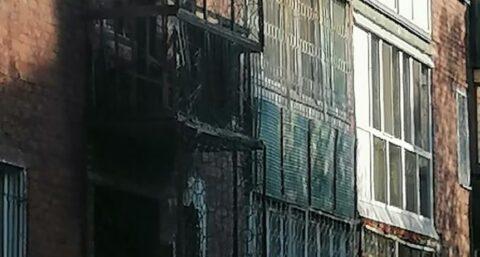 В Омской пятиэтажке горели все пять этажей