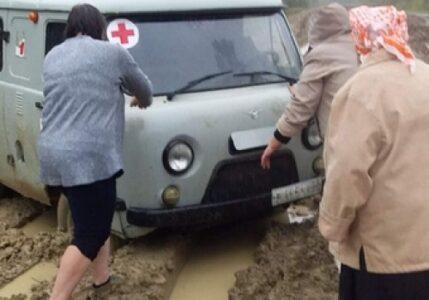 Скорая помощь застряла в грязи в Омской области