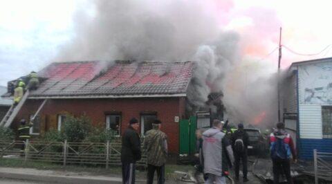10 спецмашин и 46 пожарных тушили крупное возгорание в Омске