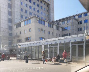 В центре Омска вместо деревянной остановки появились торговые павильоны
