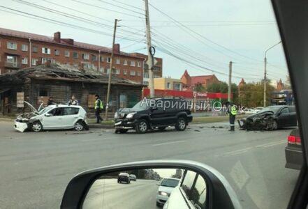 Авария с тремя автомобилями случилась в центре Омска