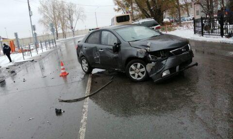 Подросток на иномарке сбил шлагбаум Омского аэропорта