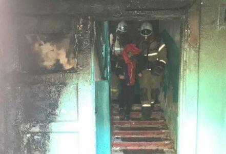 Пожарные в Омске эвакуировали подъезд в жилом доме