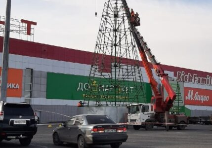 В Омске устанавливают первую новогоднюю елку