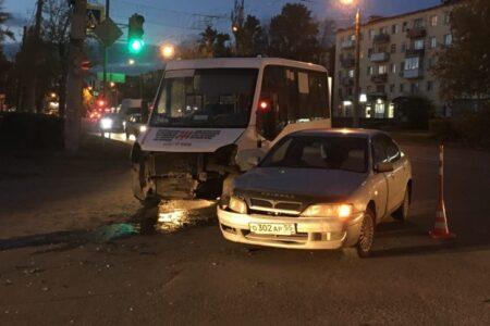 В Омске водитель без документов врезался в пассажирскую «Газель»