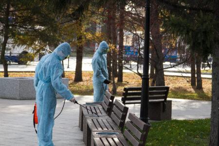 В Омске продолжают дезинфекцию остановок