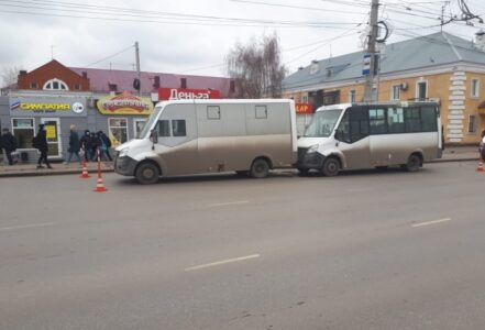 В Омске авария с маршрутками произошла прямо на остановке