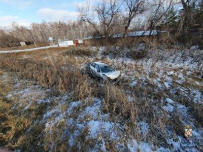 В Омском районе автомобиль свалился в кювет