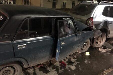 В центре Омска пьяный подросток врезался сразу в две иномарки