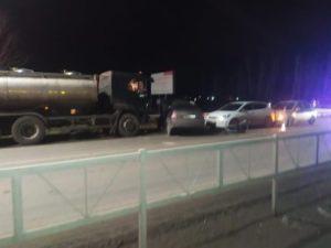 В Омском районе бензовоз врезался в легковушку