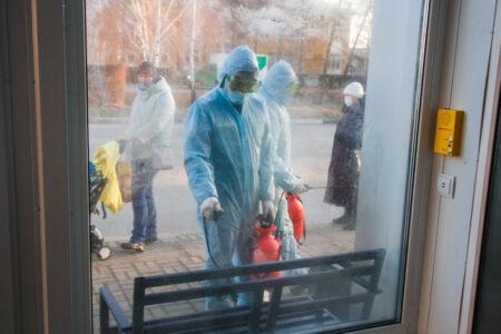 В Омске продолжается дезинфекция остановочных комплексов