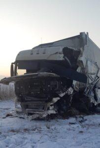 Водитель большегруза, попавший в аварию на Омской трассе, скончался