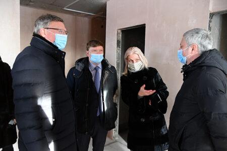 Дольщики долгостроя на Левобережье получили ключи от квартир из рук губернатора области