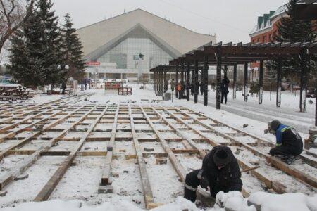 В Омске завершается монтаж палубной доски на бульваре Мартынова