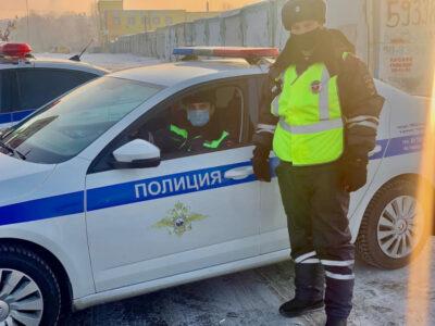 В Омске инспекторы ДПС помогли доставить ребенка с приступом в больницу