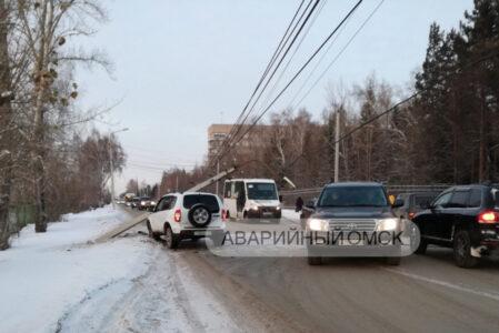 В Омске на улице Березовой на машину упал столб