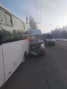 В Омске в аварии с участием двух маршруток пострадал подросток