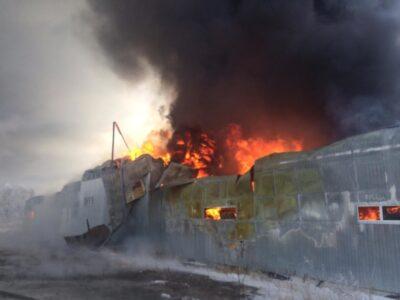 В Кировском округе Омска загорелся склад с пластиковой тарой
