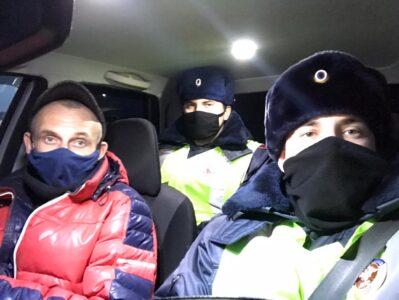 Омские госавтоинспекторы помогли замерзающему дальнобойщику и автостопщику