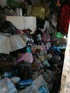 Омичка копила в своей квартире мусор в течение семи лет