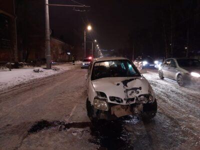 В Омске при аварии со столбом пострадали четыре человека