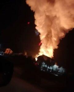 В Омском районе ночью восемь часов тушили двухэтажный коттедж