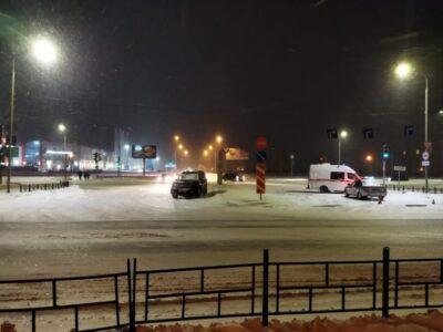 В Кировском округе Омска столкнулись автомобиль скорой помощи и иномарка