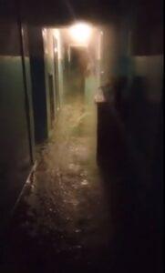 В девятиэтажке в центре Омска с потолка льется кипяток