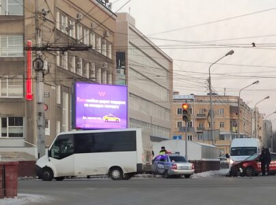 Машина ДПС попала в аварию в центре Омске