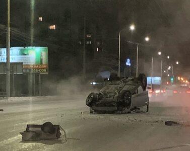 В Омске во время ночного ДТП иномарка снесла опору и перевернулась