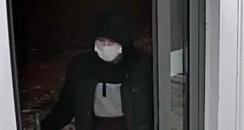 Омская полиция разыскивает мужчину, который пытался ограбить 90-летнюю бабушку
