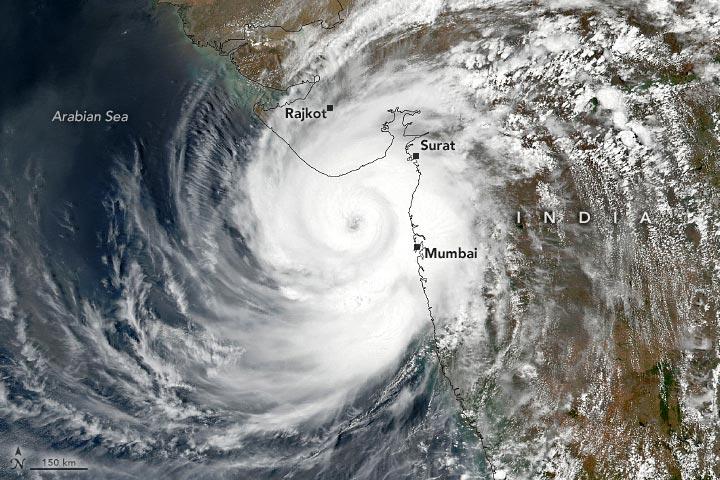 Необычно мощный тропический циклон обрушился на Индию