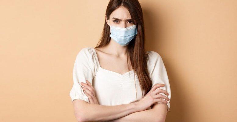 Люди, которые боятся заразиться COVID-19, более критичны к окружающим